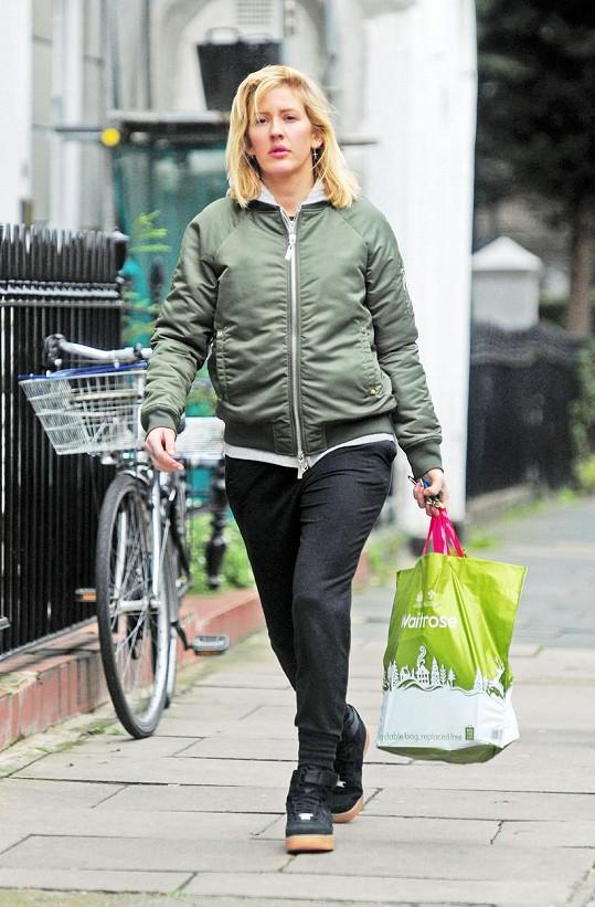 Ellie Goulding jako nenápadná paní s igelitkou