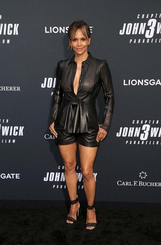 Halle Berry oblékla na další premiéru kožený overal.