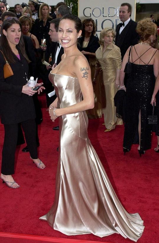Angelina Jolie v architektonicky střižených šatech ze zlatého lamé v roce 2001