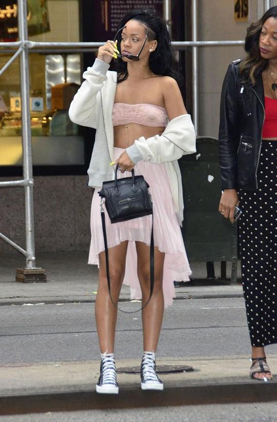 Zpěvačka Rihanna si v červnu roku 2012 snad ani nebyla vědoma, že zdálky je její top velmi průhledný.