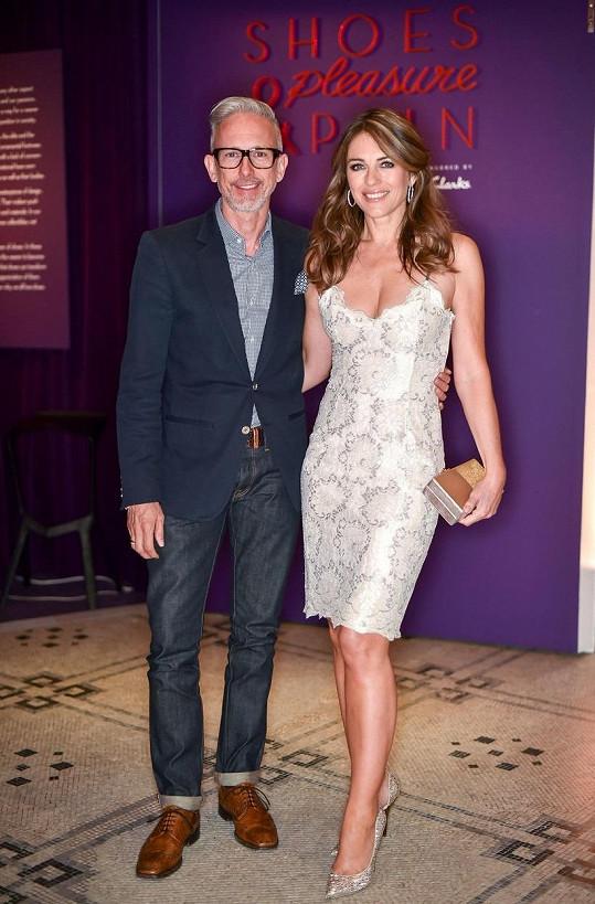 S návrhářem Patrickem Coxem navštívila výstavu.