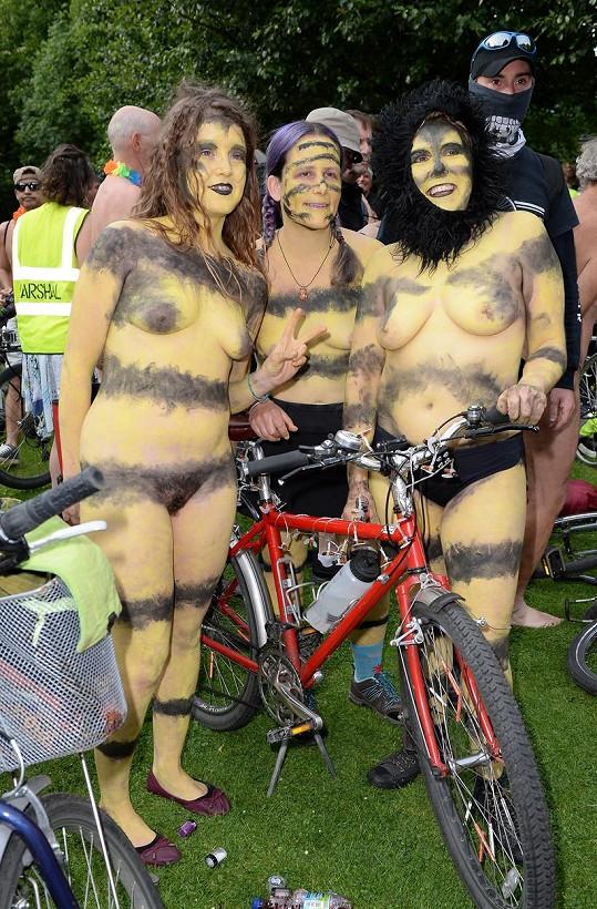 Všude se ozýval veselý cinkot zvonků jejich bicyklů. Přihlížející si je fotili a vyjadřovali jim svoji podporu.