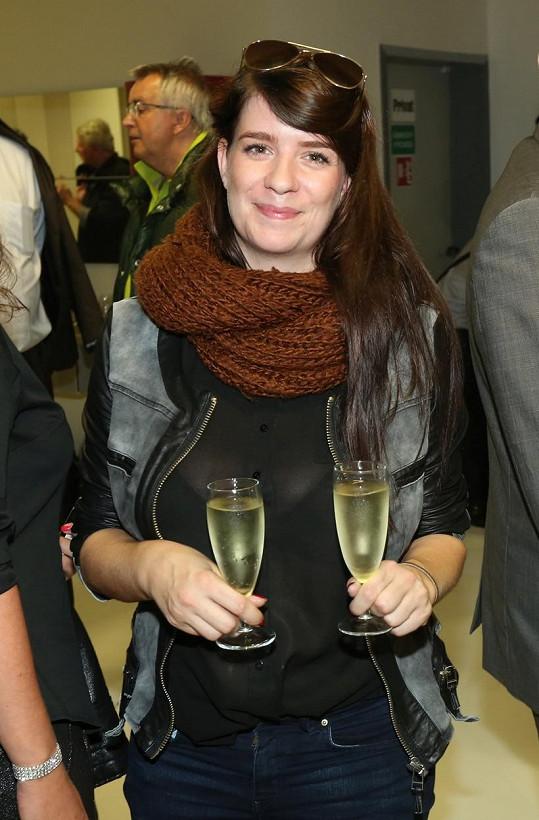 Dceři Báry Štěpánové Dominice prosvítala podprsenka.