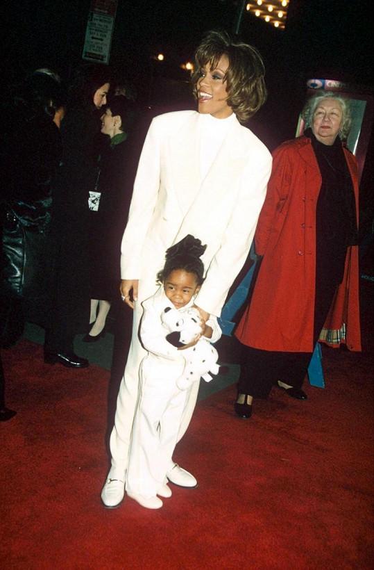 Whitney s tříletou dcerou na premiéře filmu Kazatelova žena (1996)