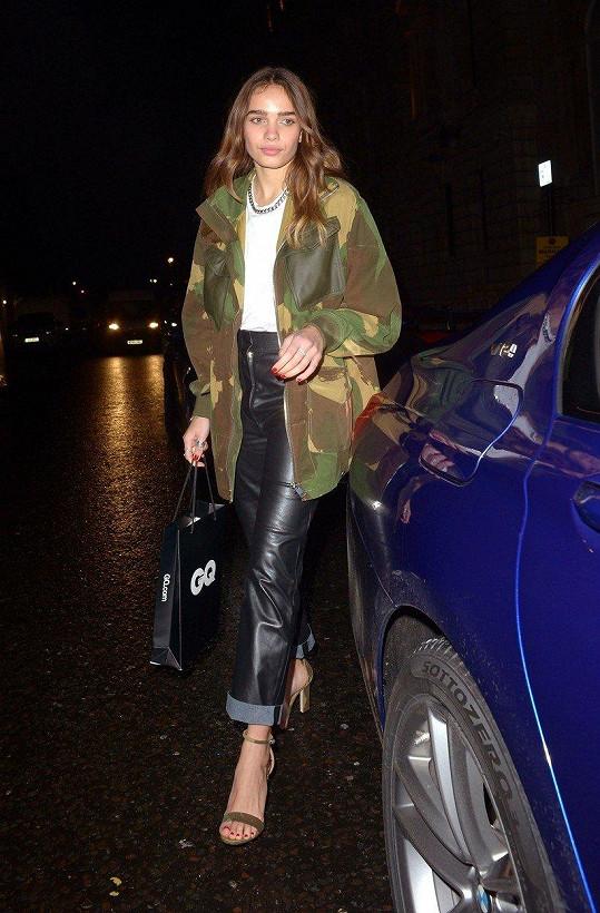 Victoria Beckham vybavila modelku Hanu Cross na párty lifestylového magazínu.