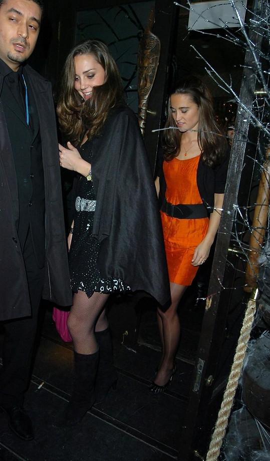 Kate se sestrou Pippou opouštějí londýnský noční klub. Psal se rok 2007.