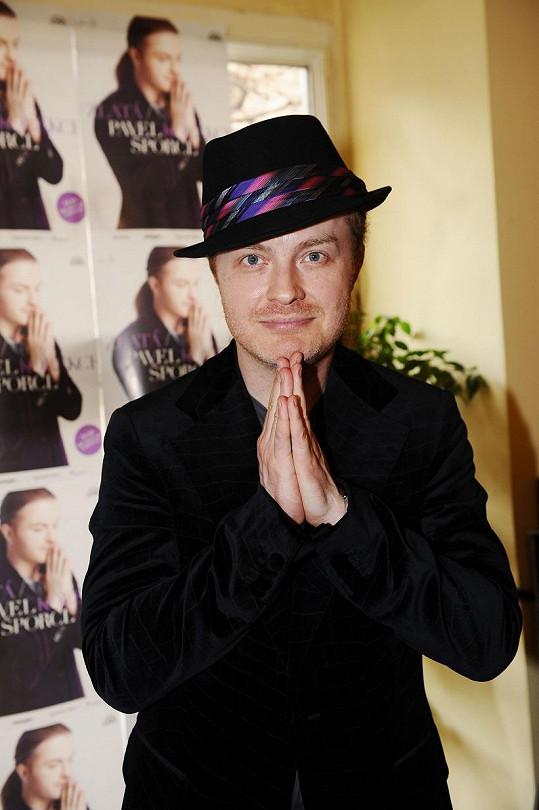 Pavel Šporcl nosí většinou šátek, na své narozeniny zvolil klobouk.