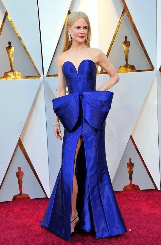 O notnou dávku sytých barev se postarala Nicole Kidman, která nakráčela na rudý běhoun v temně modrých šatech Armani Privé s výraznou mašlovou aplikací.