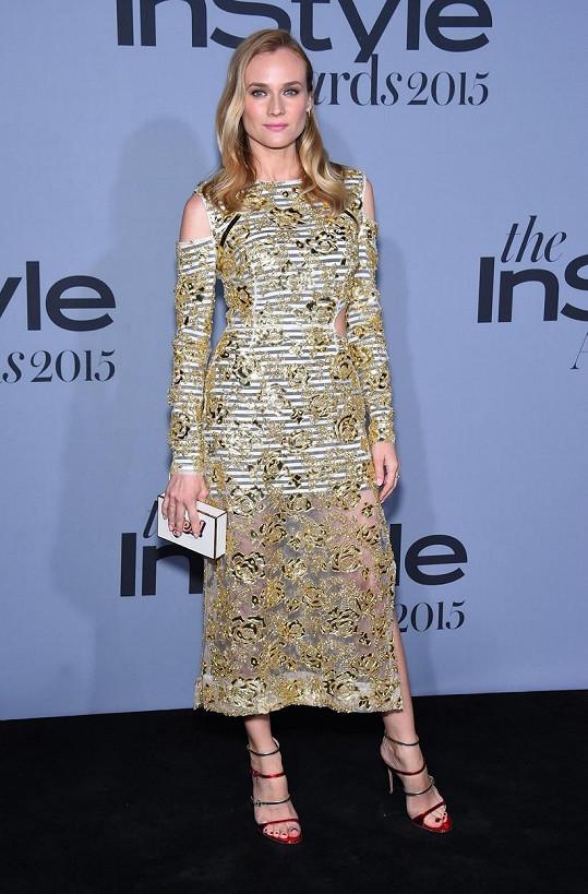 Diane Kruger se během filmového festivalu v Cannes zjevně unavila přezdobenými šaty a zvolila tento model hypermoderního střihu z nadcházející jarní kolekce Preen. Šaty složené z kontrastního proužkovaného podkladu a tylového vyšívaného vršku herečce vůbec nesedly.