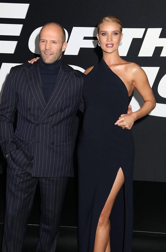 Jason Statham s Rosie Huntington-Whiteley na premiéře filmu Rychle a zběsile 8