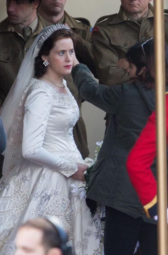 Claire Foy jako Alžběta II. ve svatební den