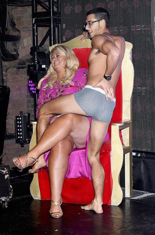 Odvážlivec s ní navázal intimní tělesný kontakt.