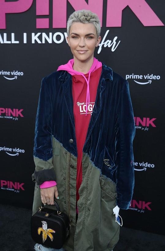 Ruby Rose předvedla nový účes na premiéře dokumentu zpěvačky Pink.