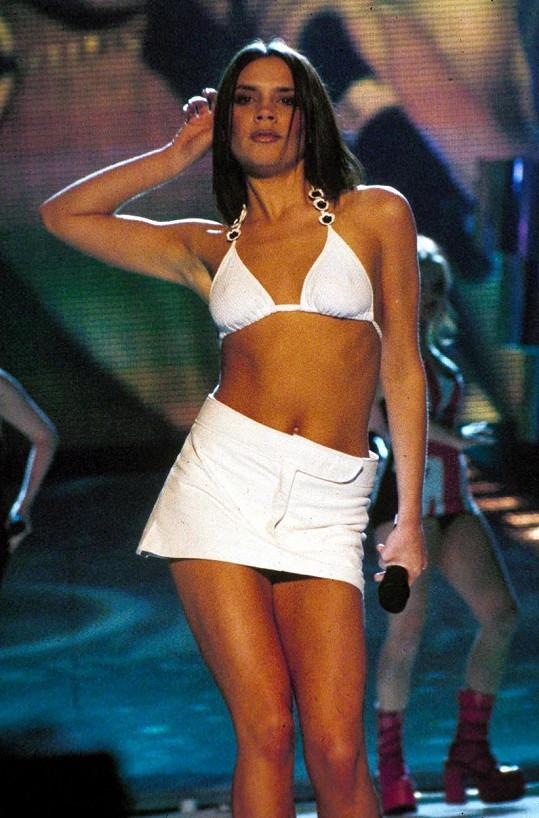 V bikinovém topu se naposledy objevovala v době Spice Girls.