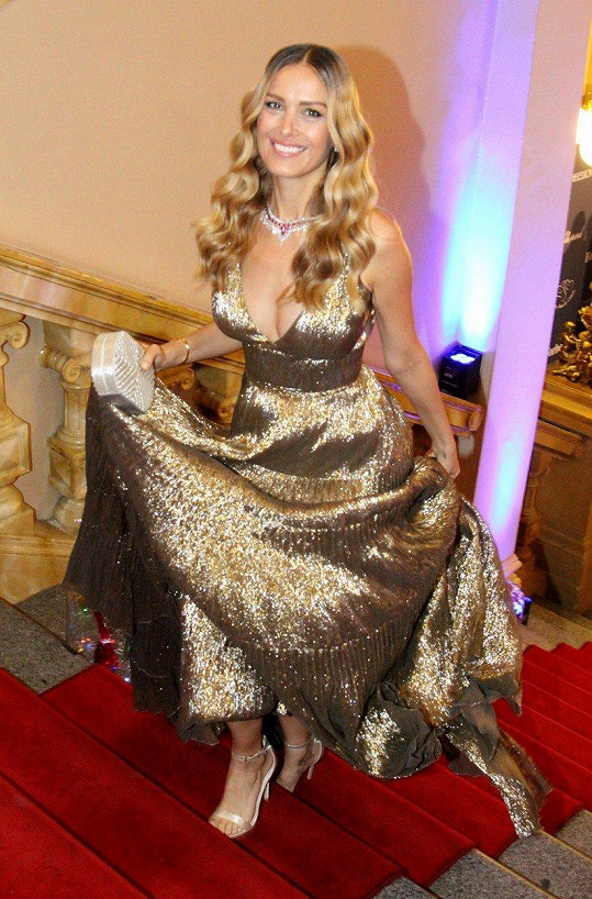 Na významnou událost oblékla nádherné zlaté šaty.