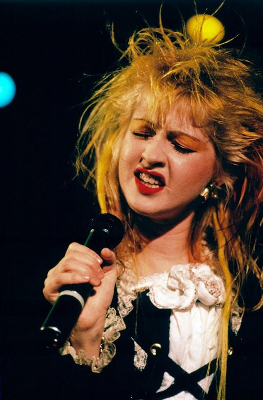 Ten připomínal její vlasové kreace ze začátku kariéry.