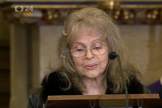 Eva Pilarová četla z Bible.
