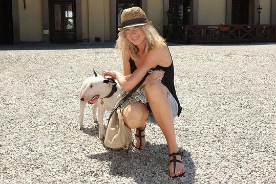 Mia doprovází Dianu na cestách po celé planetě.