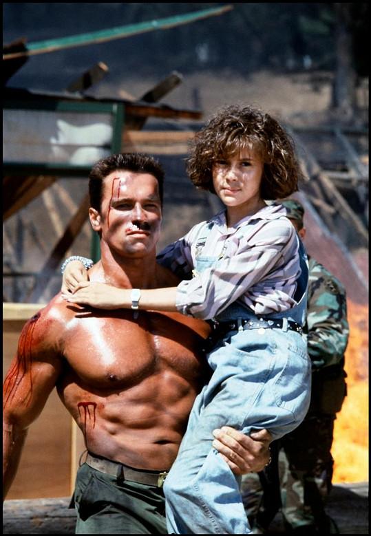 Alyssa Milano s Arnoldem Schwarzeneggerem ve filmu Komando (1985)