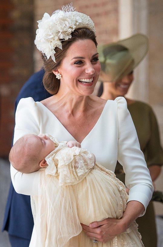 Kate upevnila pověst módní ikony v šatech značky Alexander McQueen a kloboučkem Jane Taylor.