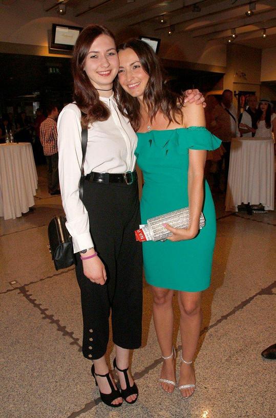 Lucie Gelemová (vpravo) a její sestra