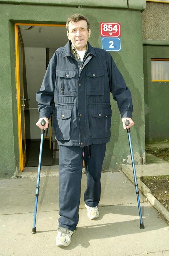 V roce 2001 Františka Peterku srazilo auto a rozdrtilo mu nohy. V nemocnici pak strávil tři roky a prodělal čtyři desítky operací (snímek z roku 2004).