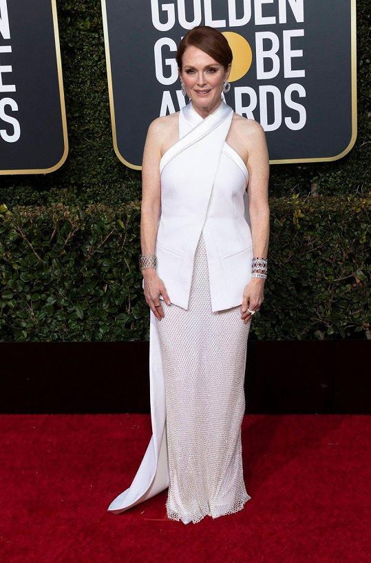 Julianne Moore málokdy šlápne vedle, tentokrát se jí ale volba šatů moc nepovedla. Spíš než večerní róbu připomínal proporčně nelichotivý model z dílny Givenchy bryndák.