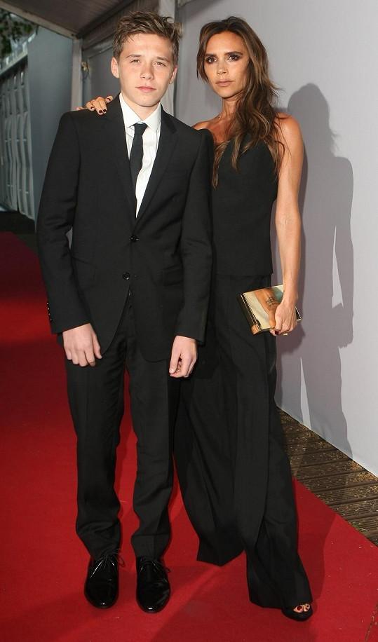 Brooklyn Beckham s maminkou Victorií.