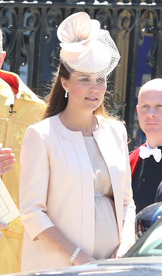 Těhotná a plná očekávání - tak byla zvěčněna na šedesátém výročí korunovace královny Alžběty.