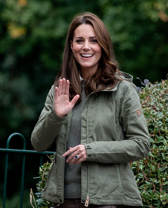 Vyzbrojila se džíny, bundou a úsměvem, který Britové, malí i dospělí, milují.