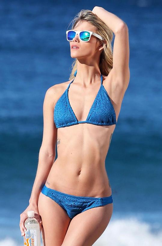 Amanda Nicole Thomas je další herečkou, která se nechala zvěčnit v plavkách v reklamě na balenou vodu.