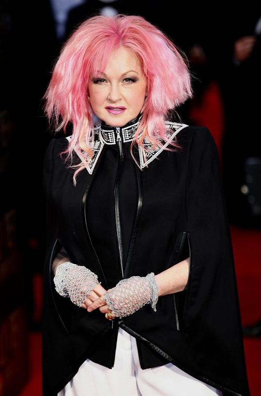 Cyndi Lauper vsadila na růžovou hřívu.