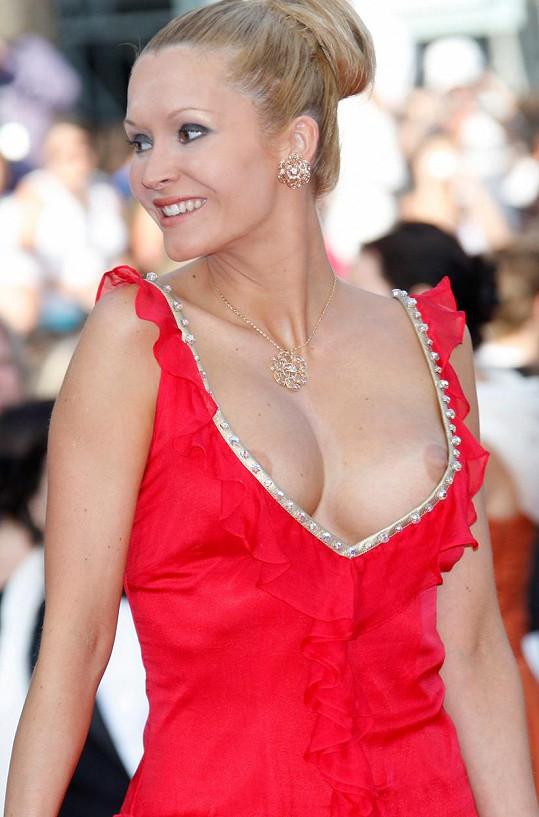 Ten samý rok to s hloubkou výstřihu přehnala i herečka Tatiana Laurens.