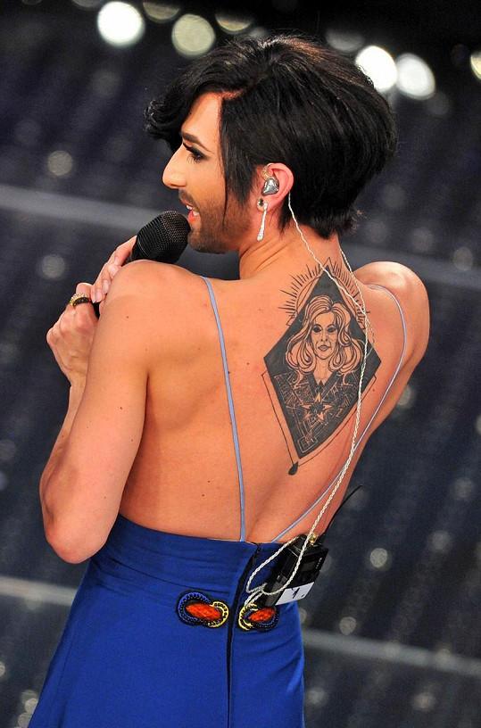 Její tetování nepatří k příliš vydařeným kouskům...