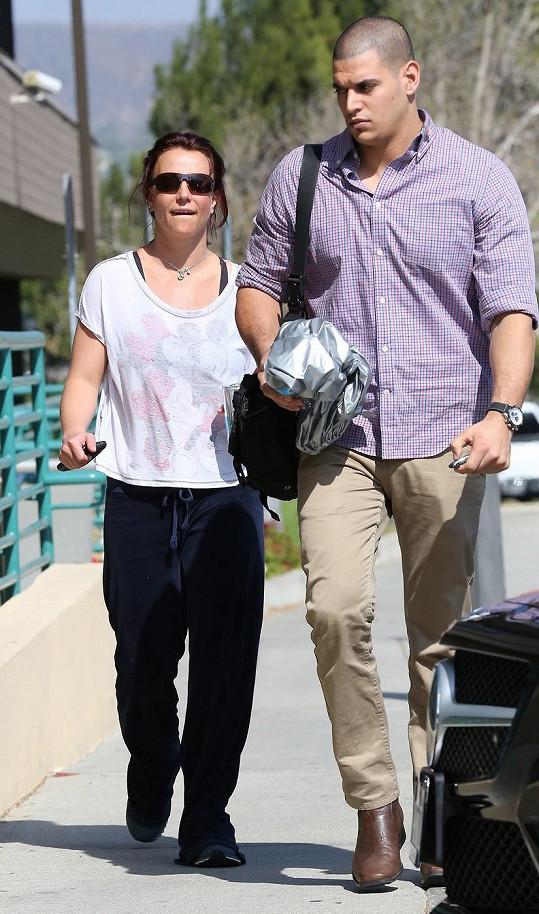 Britney do posilovny doprovodil bodyguard.