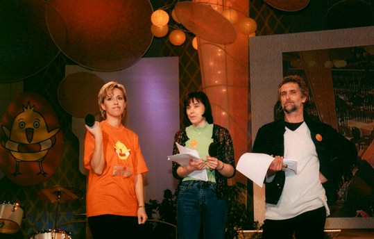 Alena Zárybnická (vlevo) pracuje v České televizi od roku 1997 externě, od roku 1998 interně. Na snímku s kolegy v roce 2001