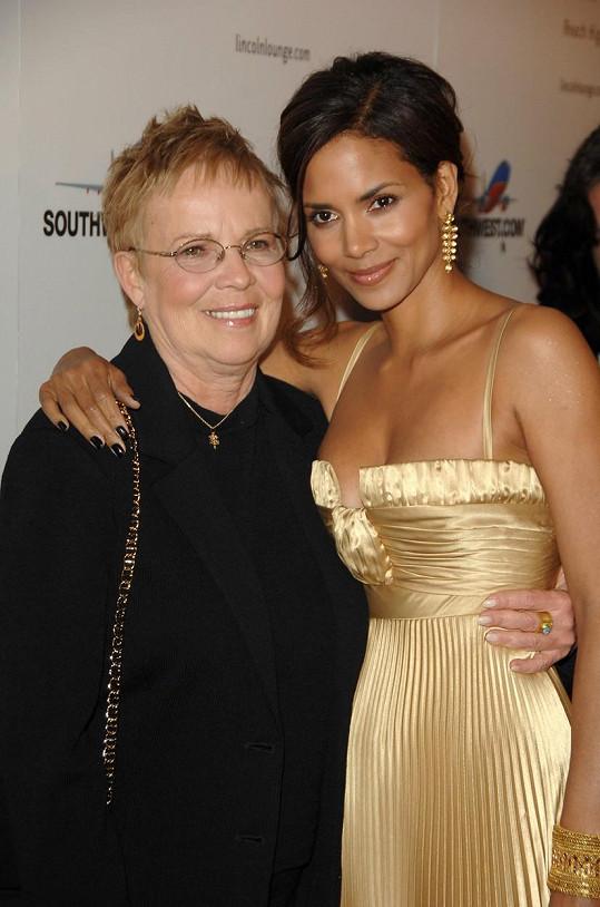 Herečka s maminkou na předoskarové párty v roce 2007