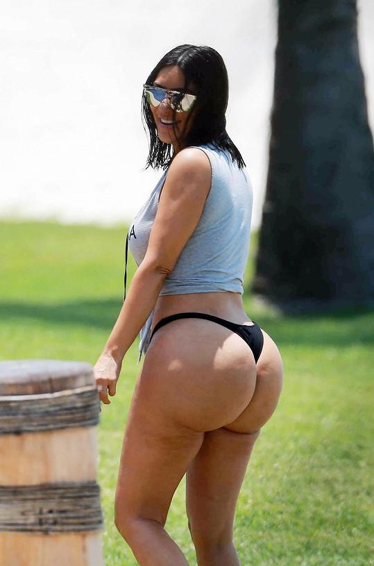 Kim Kardashian a její pověstné pozadí v tangách