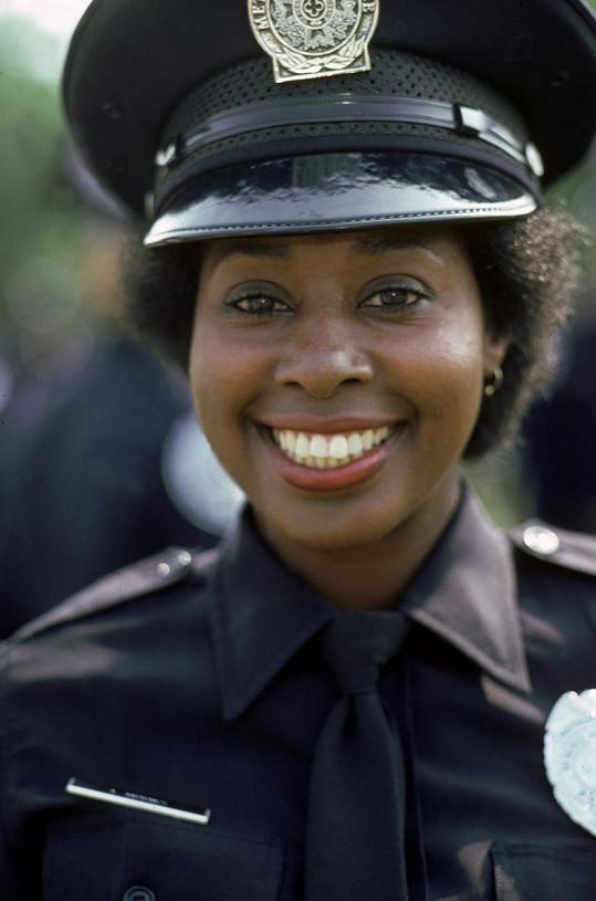 V oblíbené sérii akčních komedií si zahrála policistku Hooksovou.