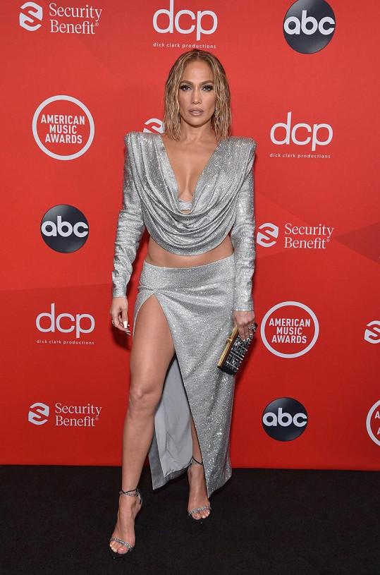 Jennifer Lopez přišla v jednom z nejodhalenějších modelů.
