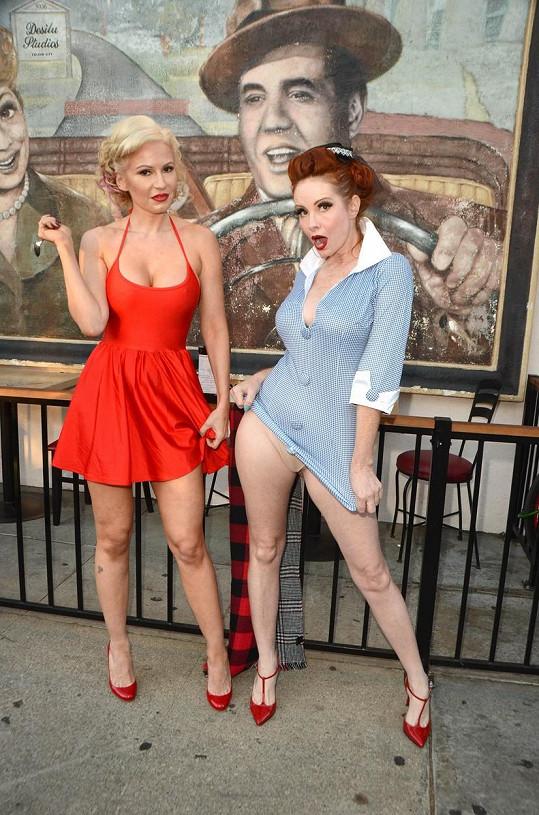 Ana a Phoebe se stylizovaly do postav Lucy a Ethel ze sitcomu I Love Lucy. Lacinost ovšem k originálu nepatří.