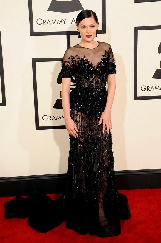 Oblečená - neoblečená vkráčela Jessie J v transparentní róbě poseté pajetkami.