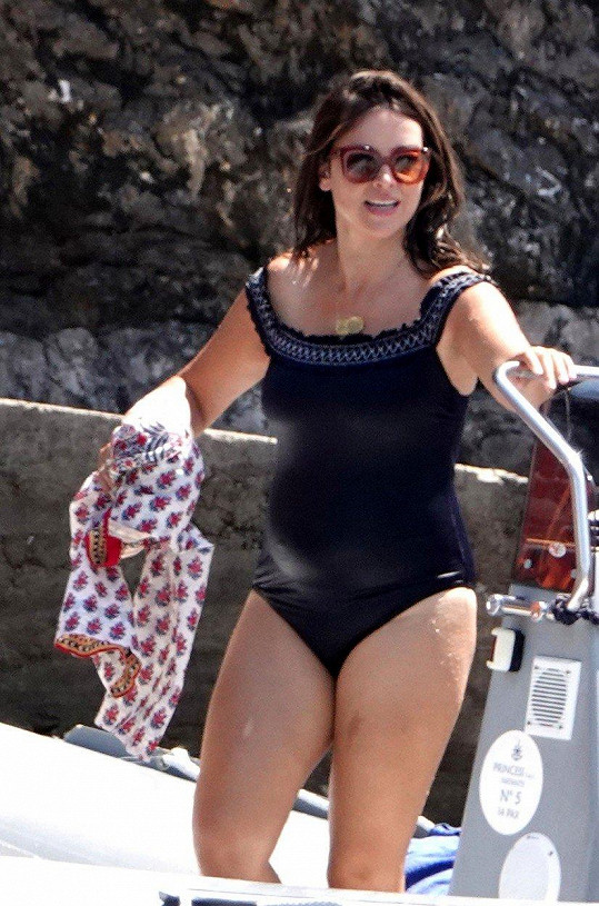 V plavkách ukázala herečka rostoucí bříško.