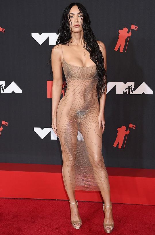 Na akci televizní stanice MTV přišla oblečená-neoblečená.