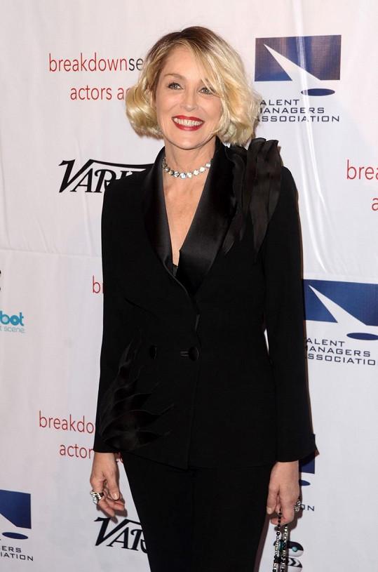 Sharon Stone změnila účes a omládla.