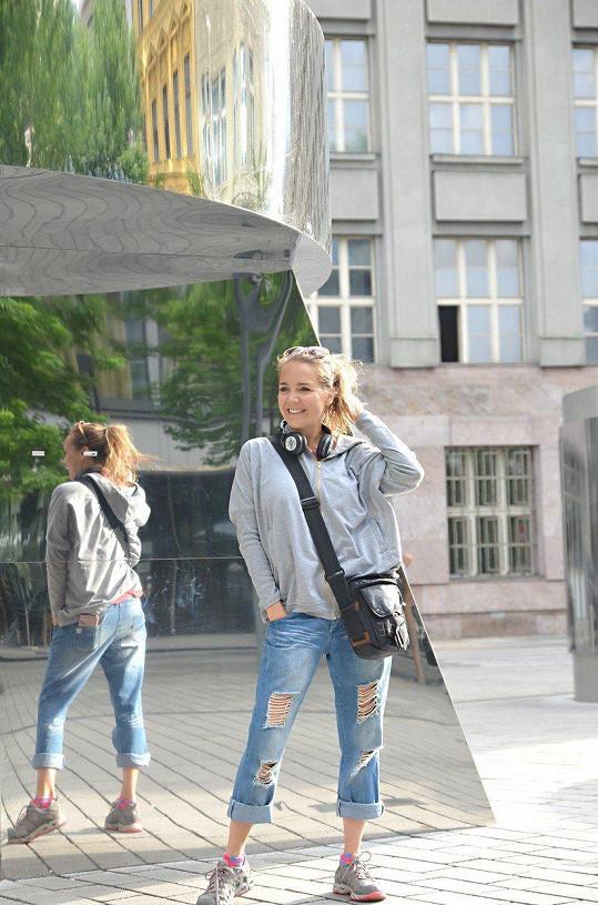 Lucie Vondráčková na procházce Prahou.