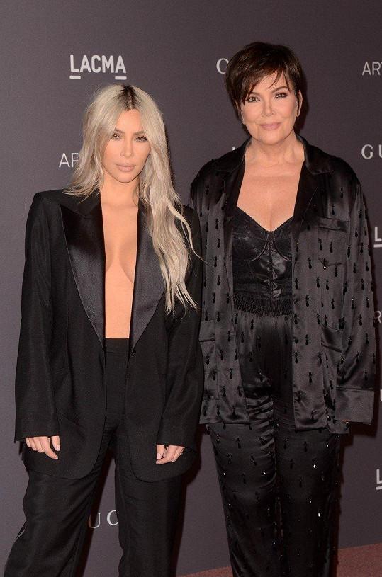Na galavečer ji doprovodila Kris Jenner.