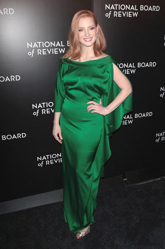 V zelených šatech se jí rýsovalo bříško...