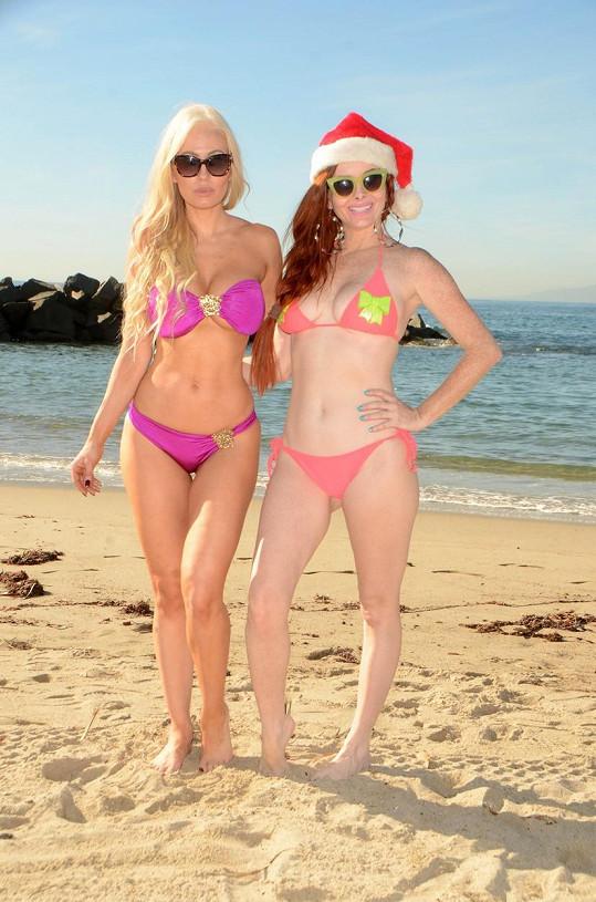 Phoebe a Ana spolu vyrazily na pláž.