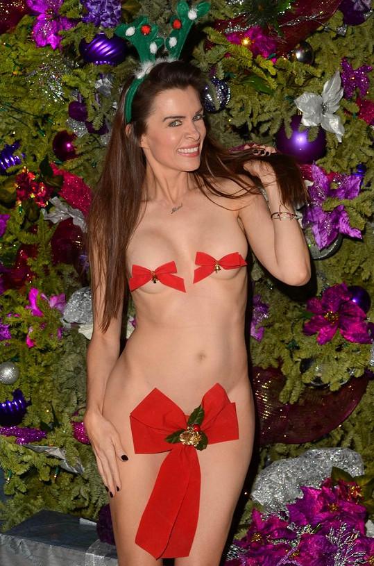 Alicia Arden použila vánoční ozdoby místo spodního prádla.